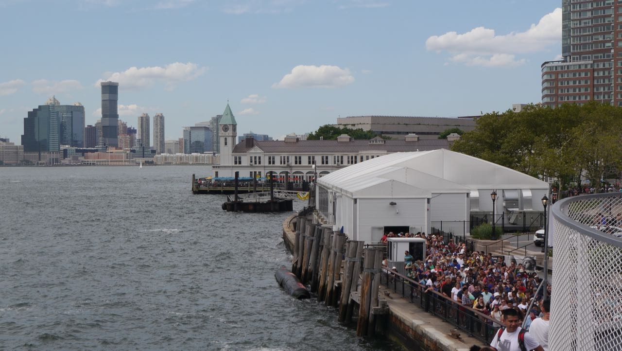 Parte da fila (sim, PARTE...) para pegar o barco para a estátua da Liberdade.
